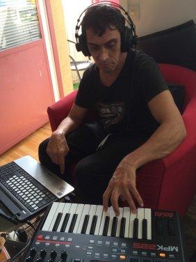 Mikael spelar synt hos Barbro juni 2016 (2)